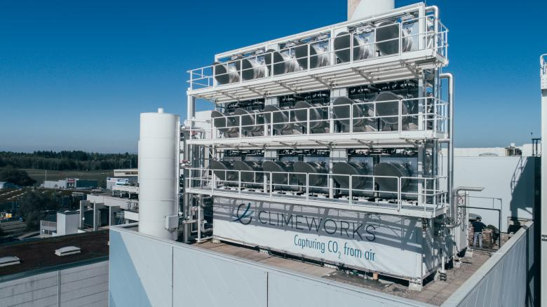 Eighteen CO2 sensors have been mounted onto the roof of the waste incinerator plant in Hinwil in the canton of Zurich. Since they were installed in 2017, 900 tonnes of CO2 have been absorbed – the emissions equivalent of around 30 households. Photo by Julia Dunlop