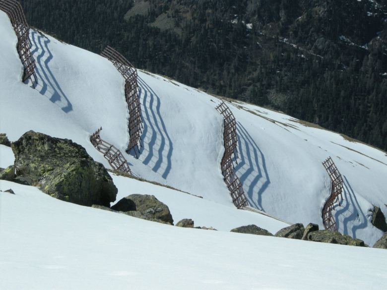 The avalanche barriers stabilise the snowpack. © SLF archive