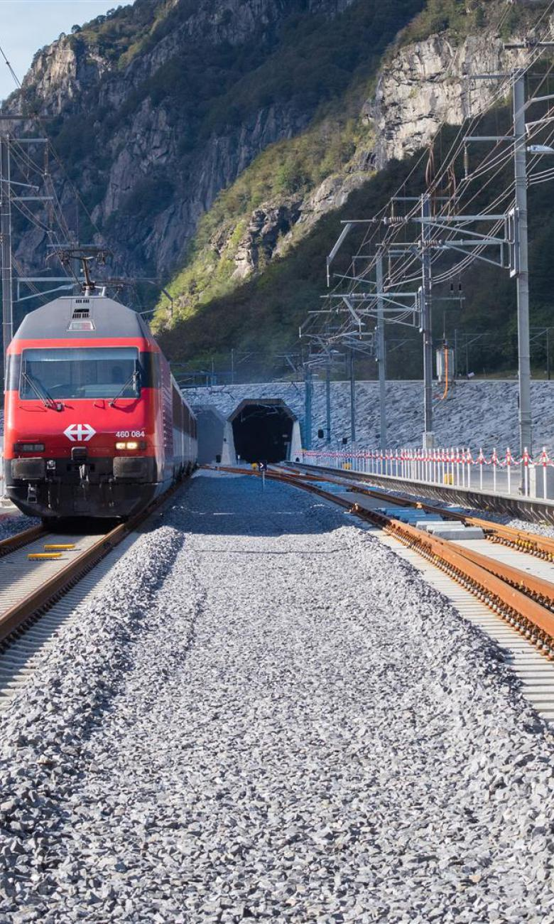 Un train suisse sort du tunnel du Saint-Gothard. © AlpTransit Gotthard SA